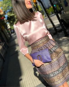 Simple Chic Blush Silk Blouse and Printed Skirt Outfit Classy Outfits, Chic Outfits, Trendy Outfits, Muslim Fashion, Hijab Fashion, Fashion Dresses, Paris Chic, Look Fashion, Womens Fashion