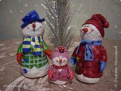 Здравствуйте жители Страны Мастеров! Хотя Новый год уже прошел, но я хочу показать вам своих снеговичков, которых я делала в праздничные дни( времени не хватает, да и увидела я их в предверии Нового года). Огромное СПАСИБО Татьяне Белозеровой за МК по ватному папье- маше.   http://stranamasterov.ru/user/106445  Хотя МК снеговика она давала на другом сайте, я покажу, как делала я своих снеговичков. фото 2