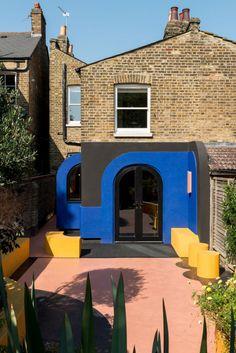 Le studio Alexander Owen Architecture s'est inspiré de l'amour de ses clients pour le modernisme et le pop art pour créer une cuisine et une terrasse colorées d'une maison située dans le quartier londonien d'East Dulwich. Des formes géométriques, des courbes, du bois et des couleurs vives caractérisent le projet, qui impliquait également l'ajout d'une modeste extension latérale à la maison en bout de terrasse. Les propriétaires Simon Ryder et Carolyn Norgate vivaient dans l'habitation…
