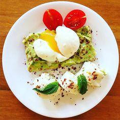Morning!  Today's breakfast after half an hour of HIIT session: Avocado and eggs in different creative forms  i.e. Egg white sushi   Güünaydııın  Hava mükemmel atın kendinizi dışarı  Ben sabah uyanır uyanmaz sahilde yarım saatlik bir HIIT yaptım üstüne de yukarıda gördüğünüz kahvaltıyla metabolizmamı ateşledim Sunum önemli şey kendim yiyor olabilirim ama yine de göze hitap etmesi benim için sağlıklı beslenmeyi daha keyifli kılıyor  Sabah 1 yumurta ve 2 yumurta beyazıyla omlet yapmaktansa…