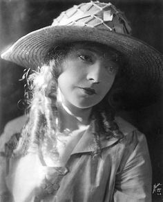 Lillian Gish Hollywood Icons, Old Hollywood Glamour, Golden Age Of Hollywood, Classic Hollywood, Dorothy Gish, Lillian Gish, The Whales Of August, Rag Curls, Mary Robinson