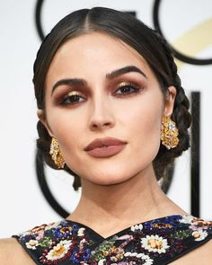 From Issa Raes soft cat-eye to Lily Collinss pink shadow, check out some of the best eye makeup looks from the 2017 Golden Globes red carpet.