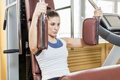 Ćwiczenia na powiększenie biustu czy jedynie na jego ujędrnienie to bardzo ważny element treningu. Klatka piersiowa jest często zaniedbywanym obszarem - wolimy skupić się na udach, brzuchu i pośladkach. Brak ćwiczeń, garbienie się, restrykcyjne diety odchudzające... - to wszystko sprawia, że biust traci jędrność i opada. Lidia Zamyłko z klubu fitness Holmes Place pisze o ćwiczeniach na klatkę piersiowej i diecie, która uelastyczni skórę.