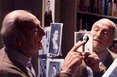 ¿Qué hace Héctor Alterio señalando la foto de Proust muerto, tomada por Man Ray, con otras postales del mundo proustiano en el espejo?