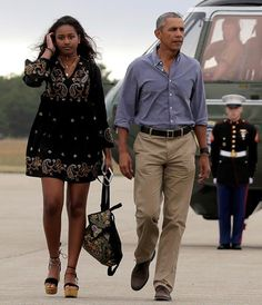 President Obama gives Malia the paternal cold shoulder as the first family arrive home Mr Obama, Barack Obama Family, Malia Obama, Obamas Family, Barak And Michelle Obama, Barrack And Michelle, Black Presidents, Greatest Presidents, Obama Daughter