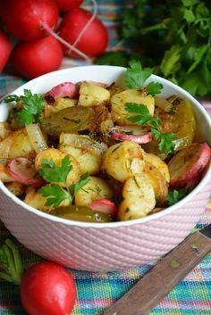 Kto nie próbował połączenia smażonych ziemniaków z gorącą rzodkiewką , cebulą i ogórkiem kiszonym niech szybko nadrobi zaległości. Ta sałata jest wyśmienita , doprawiona ziołami , smażona na maśle klarowanym , po prostu pycha ! Sałatkę możemy podać samą ale lepiej smakuje w towarzystwie zsiadłego mleka lub maślanki. Dla osób które nie wyobrażają sobie obiadu bez mięsa kotlet też będzie idealnym dodatkiem. Appetizer Salads, Appetizers, Veggie Recipes, Dessert Recipes, Veggie Meals, Polish Recipes, Polish Food, Food Allergies, Potato Salad