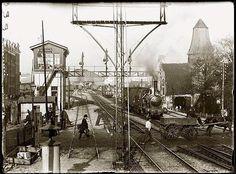 Spoorwegovergang 1e Oosterparkweg met daarachter het Station Weesperplein. Jacob Olie 1895