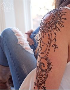 Henna Tattoo selber machen – Tipps zum Auftragen & 35 tolle Designs tattoo old school tattoo arm tattoo tattoo tattoos tattoo antebrazo arm sleeve tattoo Tattoo Henna, Tattoo You, Tattoo Wings, Note Tattoo, Henna Art, Henna Tattoo Designs Arm, Henna Mehndi, Mehendi, Tiki Tattoo