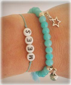Letterkralen #armband met bedelarmband van glaskralen. #aqua #zilver #sieraden #accessoires