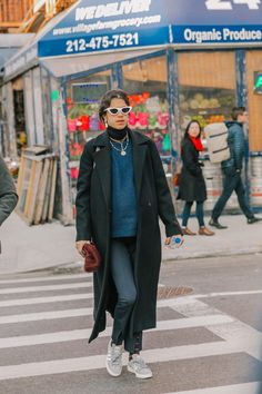2019 winter coat, the longer the more fashionable, this winter long coat is very popular, whether it is with pants or skirts look good. - Page 36 of 62 - zzzzllee Leandra Medine, Sneakers Street Style, Nyfw Street Style, Street Style Looks, Long Winter Coats, Long Coats, Adventure Style, Parisian Chic, Maternity Fashion