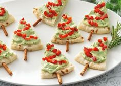 Cute Christmas Appetizers Avocado Christmas Trees Smear guacamole on a pita wedge. Christmas Party Food, Xmas Food, Christmas Cooking, Christmas Appetizers, Appetizers For Party, Appetizer Recipes, Simple Appetizers, Key Food, Appetisers