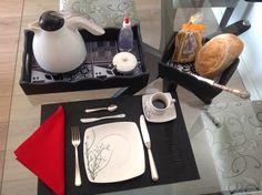 Bandeja linda para organizar seu café da manhã e uma cestinha fofa para colocar pães e biscoitos!
