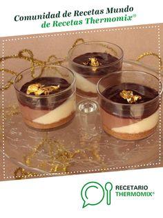 Vasitos de tarta a los tres chocolates por Thermomix Vorwerk. La receta de Thermomix<sup>®</sup> se encuentra en la categoría Navidad en www.recetario.es, de Thermomix<sup>®</sup> Tres Chocolates, Candle Jars, Candles, Flan, Food N, Tapas, Panna Cotta, Recipies, Sweets