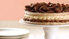 Torta feita com discos de suspiro de chocolate e avelã recheados com creme de Chocolate NESTLÉ® CLASSIC e creme de marrom glacê