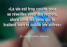 #amitie  La vie est trop courte pour se réveiller avec des regrets, alors aime les gens qui te traitent bien et oublie les autres. [Citations et bonheur]
