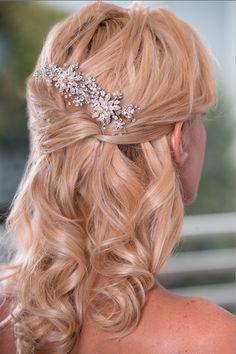 Peineta Cristal Glamour.  Exclusiva combinación de cristales Swarovski y perlas de río que hacen de éste peine un accesorio encantador y elegante para novias excepcionales.  Disponible en color dorado como se ve en la foto.