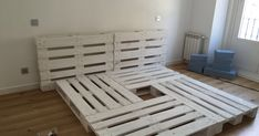 New Diy Wood Projects For Women Living Rooms Ideas Pallet Furniture Designs, Pallet Designs, Furniture Decor, Pallet Bed Frames, Diy Pallet Bed, Deco Studio, Outdoor Furniture Plans, Diy Holz, Diy Wood Projects