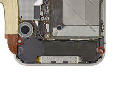 Verwijder de twee 2.4 mm Phillips schroeven waarmee de speaker behuizing aan de buitencase bevestigd zit.