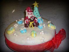 Torta margherita ripiena di ganache al cioccolato, copertura di pasta di zucchero e decorazione con pasta per modelling
