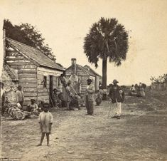 Freed African-Americans stand in front of their homes - which are the old quarters on a white man's plantation that would have held slaves before the war. The picture was taken in Saint Helena Island, South Carolina, in about 1863 Thomas Jefferson, Haunted Pictures, Saint Helena Island, St Helena, Black History Facts, Civil War Photos, African American History, American Civil War, Old Photos