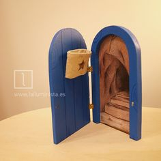 Un original regalo para niños a los que se les están cayendo los dientes de leche. La puerta del ratoncito Pérez que se abre y tiene un saquito para dejar el diente de leche. Con la ilustración de una cueva en su interior. Diy For Kids, Crafts For Kids, Tooth Fairy Pillow, Fairy Doors, Fairy Houses, Garden Houses, Little Girl Rooms, Miniature Furniture, Wooden Diy