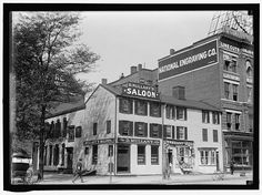 MULLANY'S SALOON had to remain calm here while the Duke and Dauphin caused an uproar with the locals