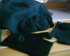 cappellino e mezziguanti in jersy con rose applicate