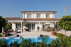 hausansicht kundenhaus familie b cker stadtvilla mit berdachter terrasse massivhaus. Black Bedroom Furniture Sets. Home Design Ideas