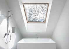 Cette maison slovène de 100 m2 réalisée par les architectes Meta Kutin et Tomaž Ebenšpanger de Skupaj Arhitekti reprend la forme classique des habitations