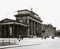 Berlin 1939 am Brandenburger Tor mit dem Palais Bluecher (Botschaft der USA)