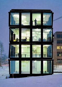 Herzog & de Meuron. Prestigioso grupo suizo de arquitectos integrado por Jacques Herzog y Pierre de Meuron. La sede principal del estudio se encuentra en Basilea, si bien existen actualmente oficinas satélites en Madrid, Pekín, Londres y Nueva York.