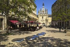 Place du Palais et Porte Cailhau à Bordeaux Monuments, Bordeaux, Mansions, House Styles, Places, Antique Post Cards, Photo Galleries, Patio, Profile