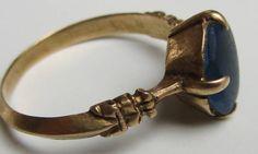 Den fundme guldring er så stor, at den formentlig har været båret på tommelfingeren eller udenpå en handske. Foto: Finn H. Larsen