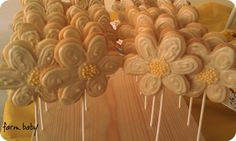 The first time I ever made cookie pops or cookies on a stick was for my cousin's wedding. I was amazed at how the stick just baked right in there and didn't brown or darken at all. Cookie Pops, Biscuit Cookies, Yummy Cookies, Diy Ideas, Food Ideas, Party Ideas, Craft Ideas, Food Art, Fun Food