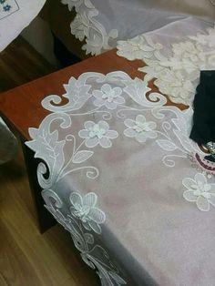 Tècnica de tul brodat... -me parece que el soporte del bordado es una tela muy delicada, pero por el grosor del hilo no es tul...? Crochet Stitches, Embroidery Stitches, Hand Embroidery, Embroidery Designs, Burlap Table Runners, Point Lace, Needle Lace, White Embroidery, Bargello
