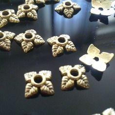 X 50 coupelles/ calottes pour perles à 4 feuilles  en or antique 6 x 6 mm.