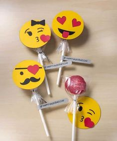 These Oreo pops are such a cute Valentine's Day gift! Add emoji art on the front using your Cricut for a Get the how-to / recipe here. for toddlers valentines day Easy Oreo Pops for Unique Valentine's Day Gifts - DIY Candy Unique Valentines Day Gifts, Valentines Day Decorations, Valentines For Kids, Valentine Day Crafts, Valentine Ideas, Valentine Recipes, Homemade Valentines, Oreo Pops, Kids Crafts