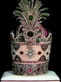 Kiani Crown was once the coronation crown for the dynasty of Qajars in Iran. Reza Shah, founder of the Pahlavi dynasty created his own crown for his coronation in Royal Crown Jewels, Royal Crowns, Royal Tiaras, Royal Jewelry, Tiaras And Crowns, Jewellery, British Crown Jewels, Farah Diba, Teheran