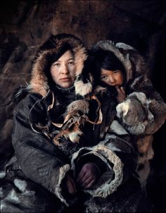 The ancient Arctic Chukchi tribe live on the peninsula of the Chukotka, Siberia. Picture of woman and child by Jimmy Nelson, Tribes Of The World, We Are The World, People Around The World, Around The Worlds, Amédéo Modigliani, Jimmy Nelson, Indigenous Tribes, Mother And Child, World Cultures