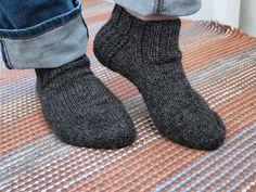 varrettomat villasukat Socks, Knitting, Crochet, Fashion, Dots, Patterns, Moda, Tricot, Fashion Styles