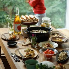 今すぐ参考にしたい!ホームパーティーをワンランクアップさせるテーブルコーディネート術 | folk (2ページ) Good Food, Yummy Food, Dinner Dishes, House Party, Food Photo, Party Planning, Table Settings, Dining Table, Cooking