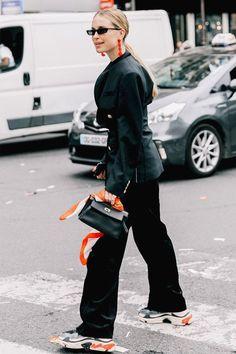 Gli Arcani Supremi (Vox clamantis in deserto - Gothian): Best street style of London Fashion Week Fall 2019 Sneakers Fashion Outfits, Blazer Fashion, Mode Outfits, Look Street Style, Street Chic, Street Style Women, Street Work, Sneakers Looks, Dad Sneakers