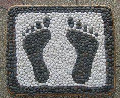 Decor Crafts, Fun Crafts, Diy Home Decor, Mosaic Crafts, Mosaic Art, River Rock Decor, Stone Rug, Cardboard Sculpture, Rock And Pebbles