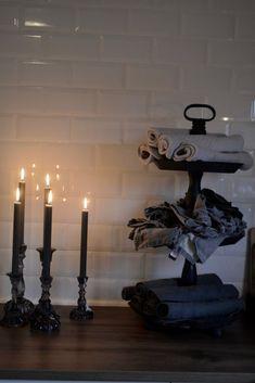 En tur innnom kjøkkenet.   Villa Paprika Villa, Deco, Candle Holders, Neutral, Candles, Home, House, Deko, Dekoration