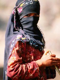 Portrait of Muslim Woman in Headscarf, Wadi Surdud, Yemen Photographie par Frances Linzee Gordon sur AllPosters.fr