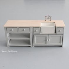 A light grey kitchen for a dollhouse. The demensions of the kitchen are: cm wide, cm depht and height.The kitchen faucet is included but you have Modern Dollhouse, Diy Dollhouse, Miniature Furniture, Dollhouse Furniture, Maison Sylvanian Families, Pink Kitchen Cupboards, Grey Kitchen Furniture, Tiny Furniture, Bedroom Furniture