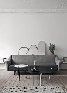 The Design Chaser: Currently Loving | Round Coffee Tables / Get started on liberating your interior design at Decoraid (decoraid.com).