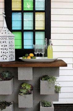 Un bar outdoor dont le socle joue le rôle de pots de fleurs & de jardin vertical