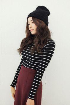 Today's Hot Pick :螺纹高领条纹T恤 http://fashionstylep.com/SFSELFAA0025560/stylenandacn/out 螺纹面料的高领条纹T恤舒服的面料上,条纹设计和色彩作为点缀 条纹设计比较细,看起来很苗条 而且弹性又好活动起来没有不便!当然手感也很好,越穿心情越好我呢,试过和简单的黑色短裙搭配这个东东很利索,穿着很舒适,很满足啦目前一共为MM们准备了4款颜色想打造各种风格的美眉,要把4种颜色都带走滴说