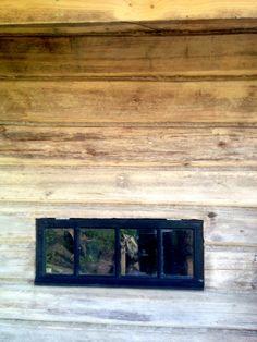 """Laitettiin savusaunan ikkuna paikalleen. Ikkuna on Lepolan vanhoja ikkunoita, joka entistettiin saunaa varten. Ikkunalasit on todellista """"pullonpohjaa""""...vanhaa lasia siis!"""